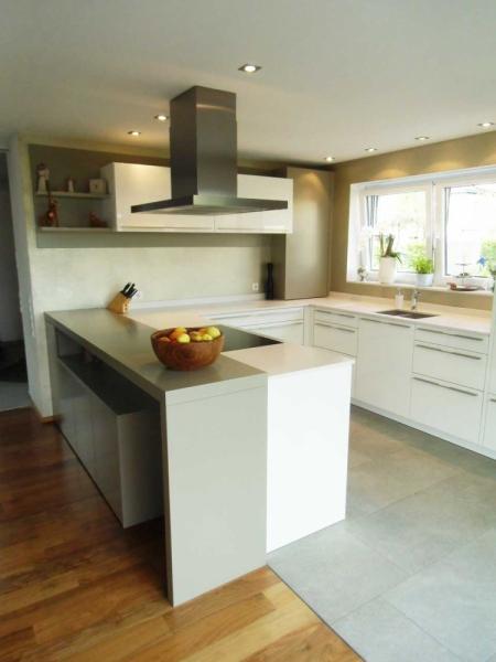 offene Einbauküche, G-Form, in grau und weiss - Küchen Schlatter