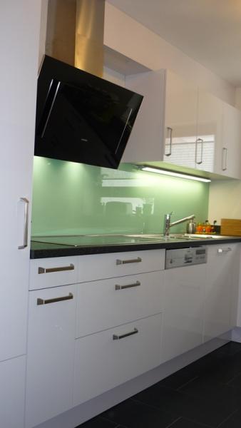 weiße Einbauküche in L-Form, mit Sitzgelegenheit für Zwei - Küchen ...
