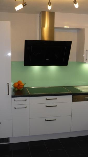 Küchen Mit Sitzgelegenheit weiße einbauküche in l form mit sitzgelegenheit für zwei küchen