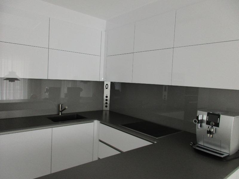grifflos gestaltete Einbauküche in \