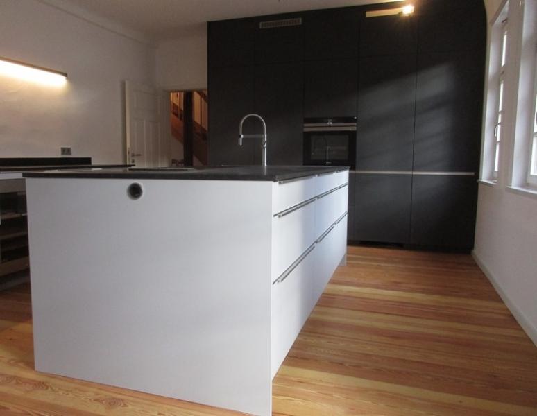 einbauk che mit kochinsel in schwarz und grau k chen. Black Bedroom Furniture Sets. Home Design Ideas